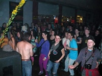 1647_2013_nasrot_live_chrudim_r-klub_50_party_duben_2013_publikum_v_sale_vpredu_vpravo_fosgen_foto_f.kadlec.jpg