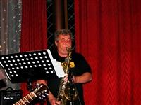 1686_2012_nasrot_live_hb-hospoda-na-fotbalaku_cervenec_2012_ludra_hovori_saxofonicky_foto_pet.jpg
